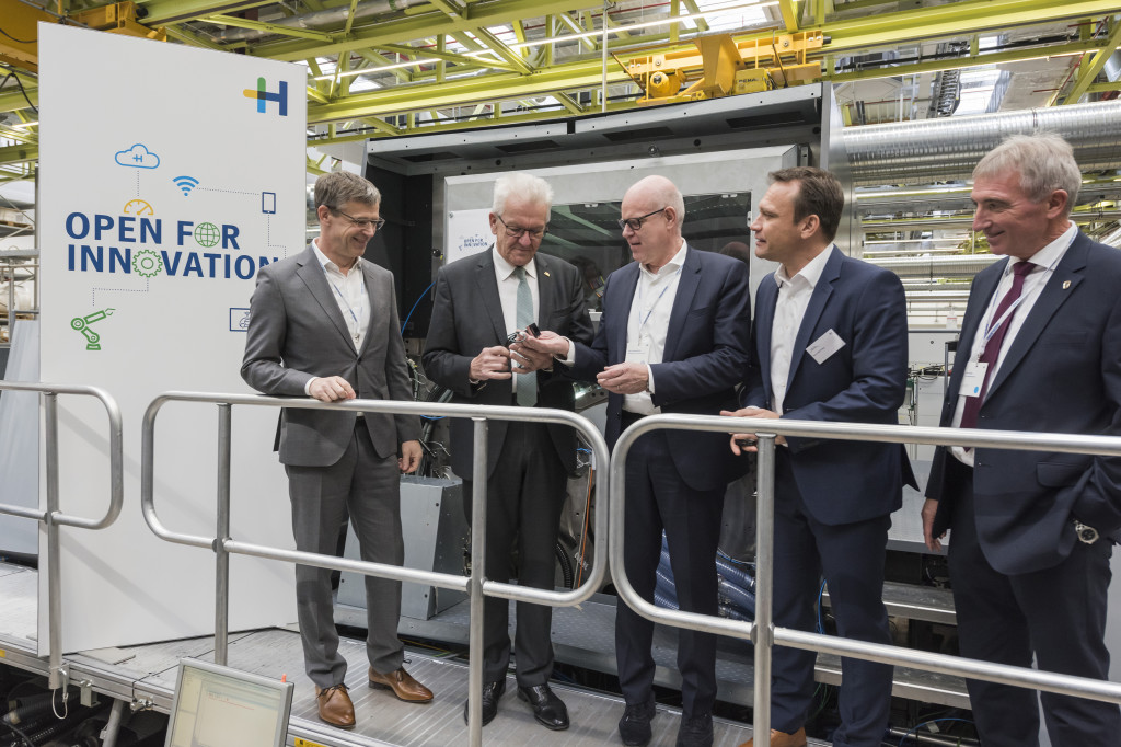 Figure: Minister President Winfried Kretschmann shows a great deal of interest in the numerous development initiatives during his tour of the new Heidelberg Innovation Center.